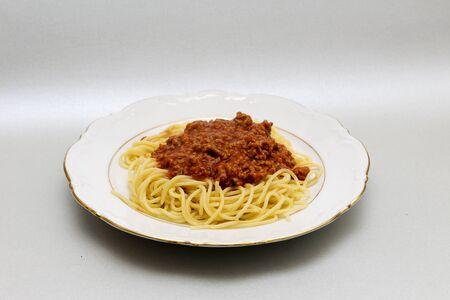 Witte plaat met spaghetti bolognese Stockfoto