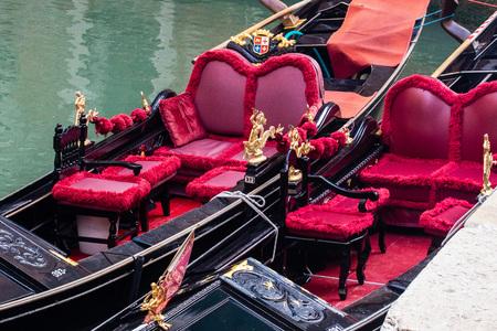 Ornate gondolas moored in Venice Standard-Bild