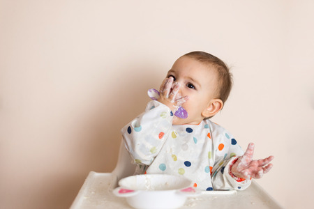 A Little baby eating her dinner and making a mess Banque d'images