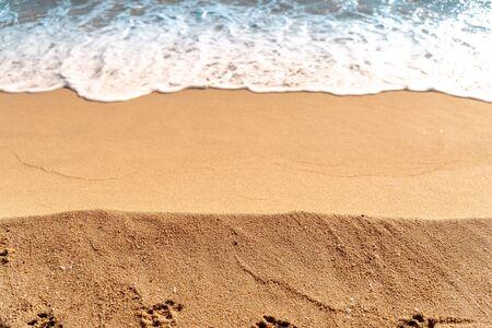 Composition minimale de sable et d'eau de mer. Vue aérienne. Espace de copie. Contexte pour les voyages d'été Banque d'images