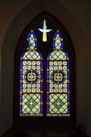 vetrate colorate: Vetrate in una vecchia chiesa Archivio Fotografico