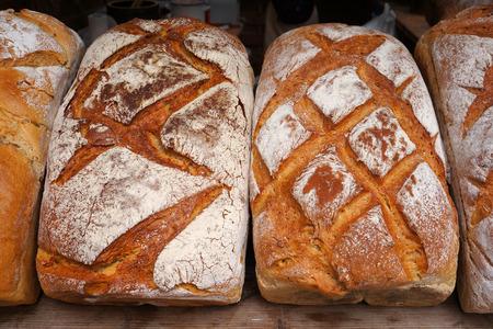 produits alimentaires: Gros plan de pain cuit au four traditionnel.