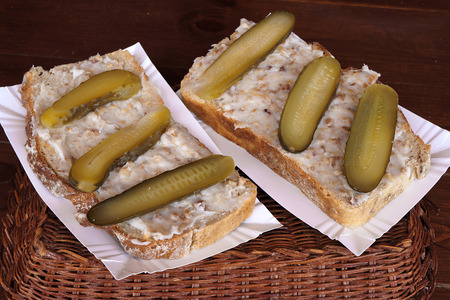 sandwich spread: Sandwich with  lard and pickled cucumbers. Fast food.