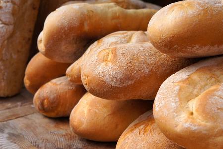 tranches de pain: Baguettes françaises. Froment longues pains. Le pain blanc au four traditionnel. Banque d'images