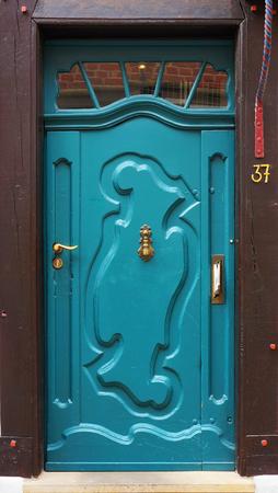 puertas de madera: puerta de entrada de un edificio medieval en Bremen, Alemania.