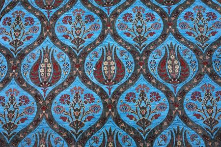 Traditioneller türkischer Teppich. Blumentulpen und Kornblumenmuster.