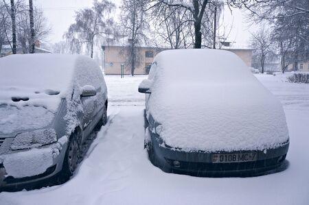 Minsk, Belarus - January 11, 2016: Snow on cars after snowfall. Winter urban scene. Redakční