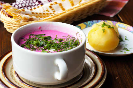 Cold beetroot soup with green onion, dill and hot potatoes. Selective focus. Banque d'images