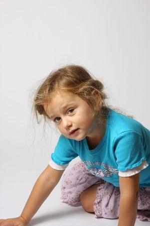 Young splendida ragazza con i capelli disordinati, studio girato Archivio Fotografico - 5799787