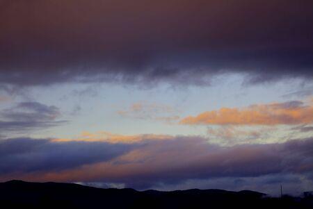 over the hill: Cielo nublado sobre una colina en el estado de Oreg�n