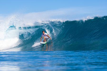 Surfer sur une vague. Océan Indien. Banque d'images