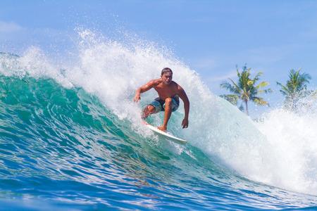 波をサーフィンの写真。バリ島。インドネシア。