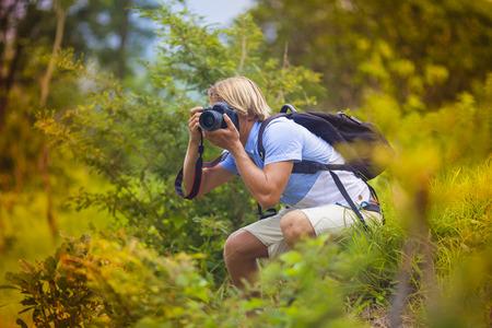 fotgrafo con la cmara digital profesional toma de fotografas en la naturaleza photo
