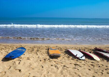 Surf Boards su tropicale spiaggia di sabbia, Jimbaran, Bali, Indonesia.