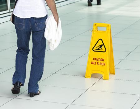 공항에서 젖은 바닥에 경고하는 노란색 기호.