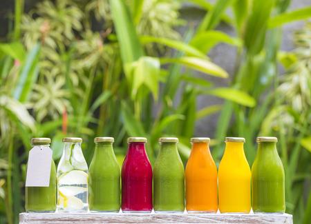 zumo verde: jugos de vegetales crudos prensado en fr�o org�nicos en botellas de vidrio