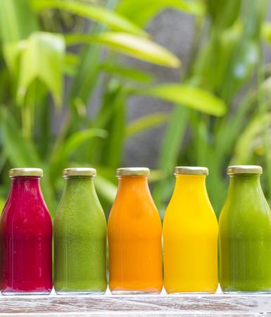 bebidas frias: jugos de vegetales crudos prensado en frío orgánicos en botellas de vidrio