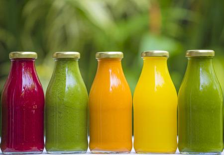 jugos de vegetales crudos prensado en frío orgánicos en botellas de vidrio Foto de archivo