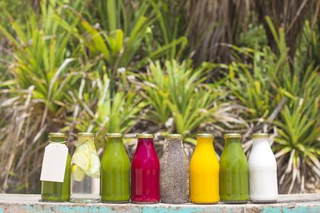 botella: jugos de vegetales crudos prensado en fr�o org�nicos en botellas de vidrio