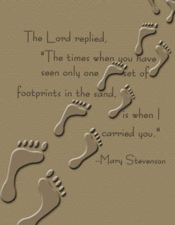 huellas de pies: Huellas en la arena con el poema de impresi�n parcial de Mar�a Stevenon Foto de archivo