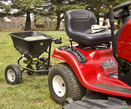 seeding: Riding Lawn Mower con attachement para la siembra