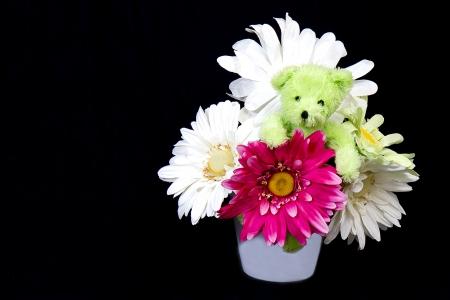 faux: Grande fioriera piena di enormi margherite di carta finto verde con orsacchiotto in mezzo
