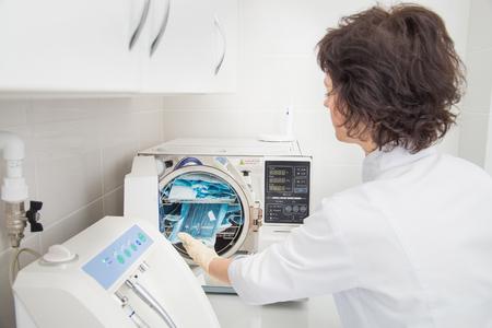 Denatal assistent met behulp van sterilisatie systemen. Voorbereidingsinstrumenten voor het schoonmaken
