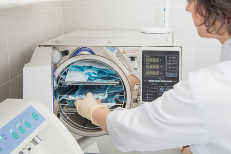 Assistant Denatal utilisant des systèmes de stérilisation. Instruments de préparation pour le nettoyage Banque d'images