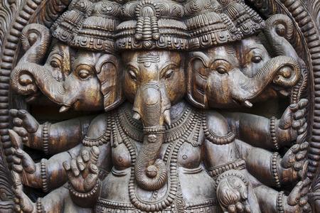 seigneur: Un gros plan détaillé de plusieurs Ganeshas wodden dans une statue