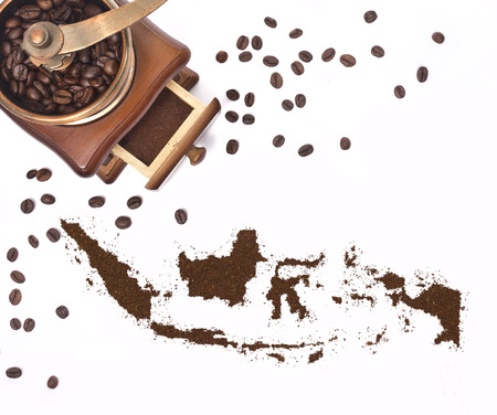 Coffee powder in the shape of Indonesia and a decorative coffee mill.(series) Banque d'images