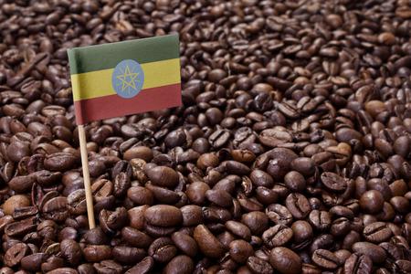 Vlag van Ethiopië steken in gebrande koffiebonen. (Serie)