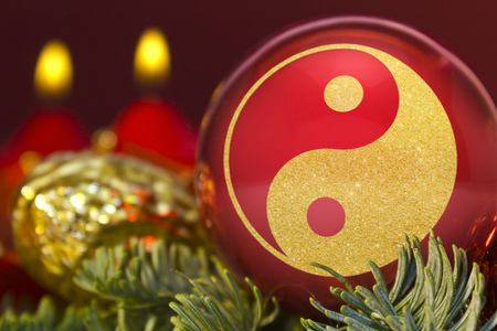yin y yan: A glossy red bauble with the golden shape of a YingYang symbol.(series) Foto de archivo