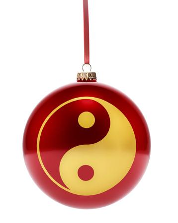 yin y yan: Una chuchería roja brillante que cuelga con la forma de oro de un símbolo de Ying Yang. (Serie)