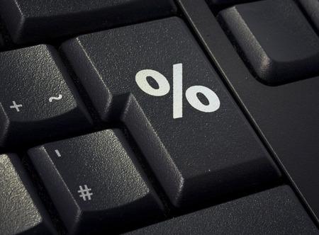 Retourleutel van een zwart toetsenbord met de vorm van een procent symbool dat is afgedrukt. (Serie)