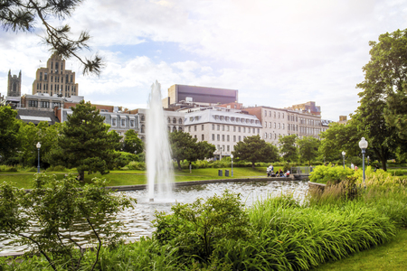 Park with fontaine in historical Old Montreal Stockfoto - 115664160