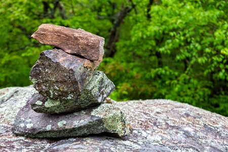 Stacked rocks serve as a marker on a forest hiking trail. 版權商用圖片