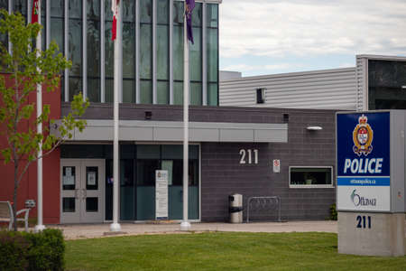 The Ottawa Police station in at 211 Huntmar Drive in Ottawa, Ontario, Canada offers collision and crime reporting services through its service desk. Redactioneel