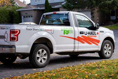 Ottawa, Ontario, Canada - October 25, 2020: A U-Haul rental pick-up truck parked in a suburban driveway. Redactioneel