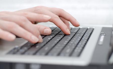 Manos femeninas en el teclado del ordenador portátil