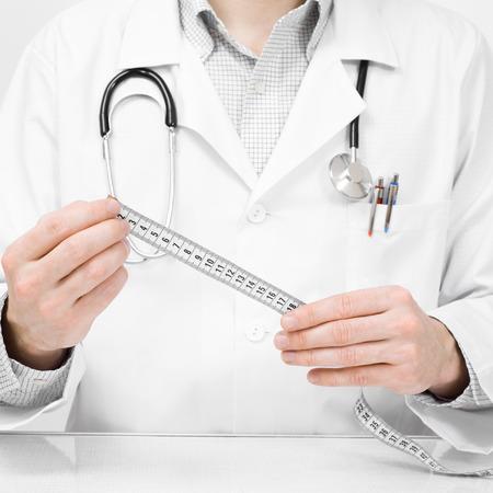 Doctor con metros de tela - foto de estudio sobre fondo blanco Foto de archivo - 24646968