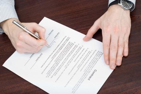 La firma del contrato por el empresario Foto de archivo - 24647406