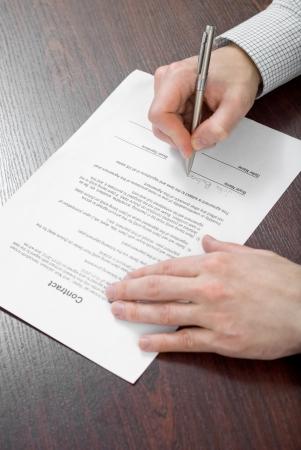 La firma del contrato por el empresario Foto de archivo - 24648301