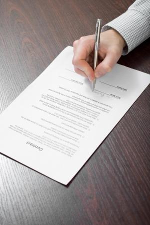 La firma del contrato por el empresario Foto de archivo - 24648302