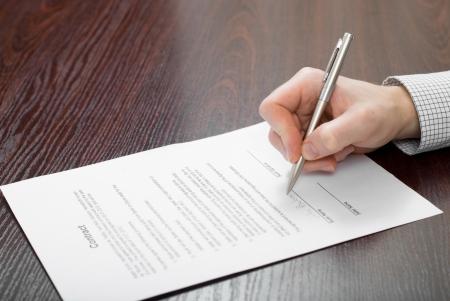 La firma del contrato por el empresario Foto de archivo - 24648303
