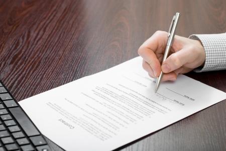 La firma del contrato por el empresario Foto de archivo - 24648304