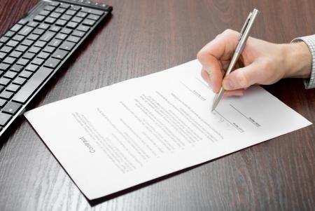 La firma del contrato por el empresario Foto de archivo - 24648305