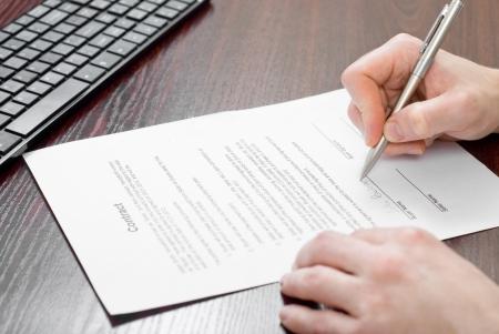 La firma del contrato por el empresario Foto de archivo - 24648307