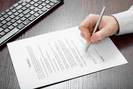 La firma del contrato por el empresario Foto de archivo - 24648308
