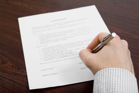 Hombre de negocios llenar contrato mundo financiero con la gente de negocios Foto de archivo - 24648319