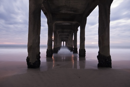 Under the Manhattan Beach Pier  Imagens